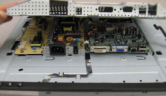 vnutri-pod-zadney-kryshkoy-monitora-552x318.jpg