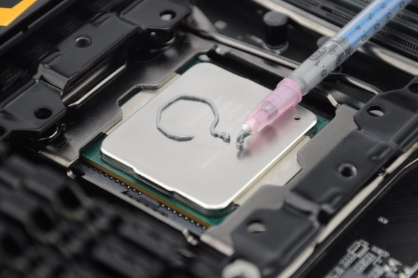 1552935764_spreading-thermal-paste-how-and-how-much-00-979x650.jpg